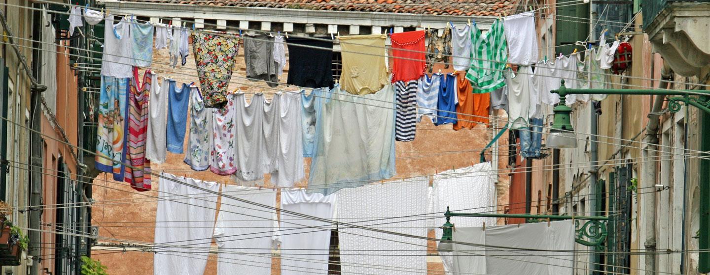 כביסה תלויה בסמטה בוונציה, איטליה