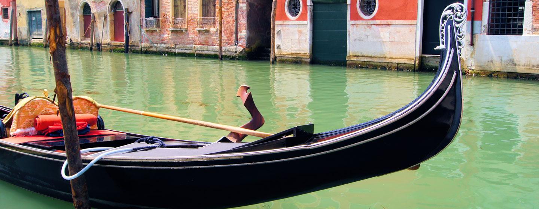 גונדולה בתעלה בוונציה, איטליה