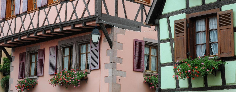 בתים צבעוניים בעיירה ריבוויל, אלזס, צרפת