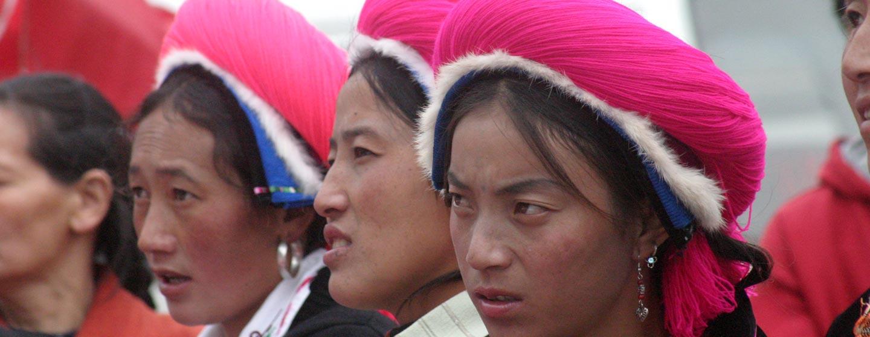 סין - מחוז יונאן - נשים טיבטיות צופות במרוצי סוסים