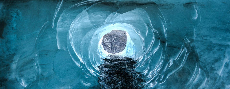 מנהרה בקרחון באיסלנד
