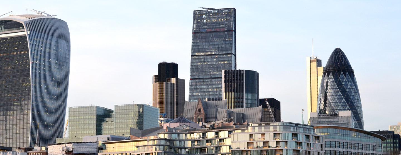 """לונדון המודרנית, עם הבניין המכונה """"מלפפון חמוץ"""""""