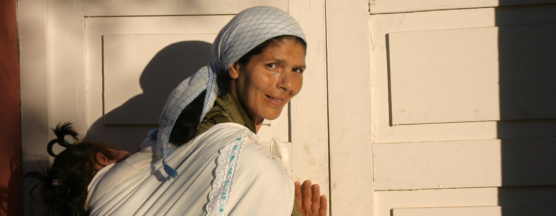 אשה בפתח קברי צדיקים בעיר סאפי במרוקו