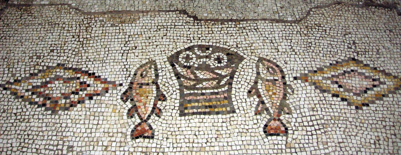פסיפס בכנסיית הלחם והדגים בטבחה
