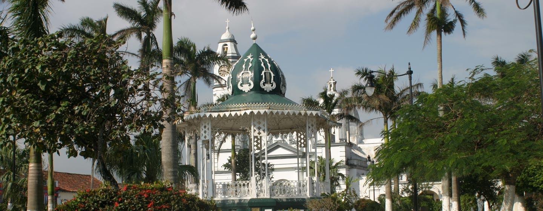הסוקאלו (הכיכר המרכזית) בעיירה קטנה במפרץ מקסיקו.