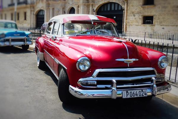 מכונית שברולט אמריקאית משנות החמישים, שמאפיינת את רחובות הוואנה בירת קובה