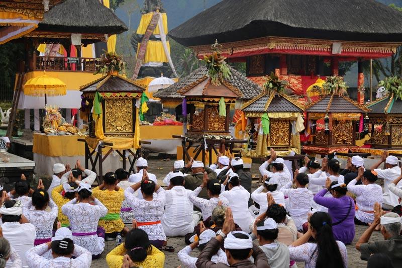תפילות במקדש קהילתי באי באלי | צילום: ניסו קדם