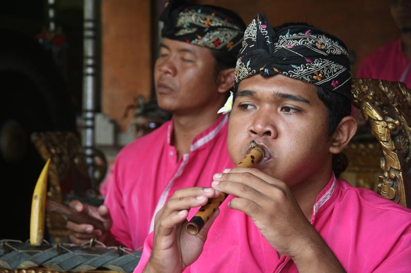נגינת החליל המלווה את הגמאלן. האי באלי, אינדונזיה. צילום: ניסו קדם
