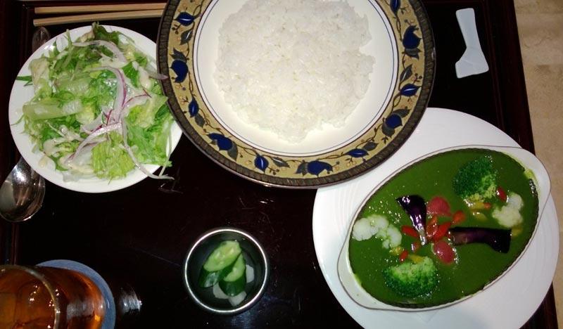 קארי ירוק, אורז, סלט וחמוצים יפניים. צילום: ניסו קדם