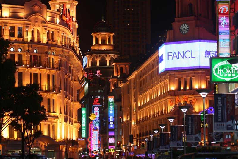 אורות הניאון ברחוב נאנגינג, שנגחאי. צילום: ניסו קדם