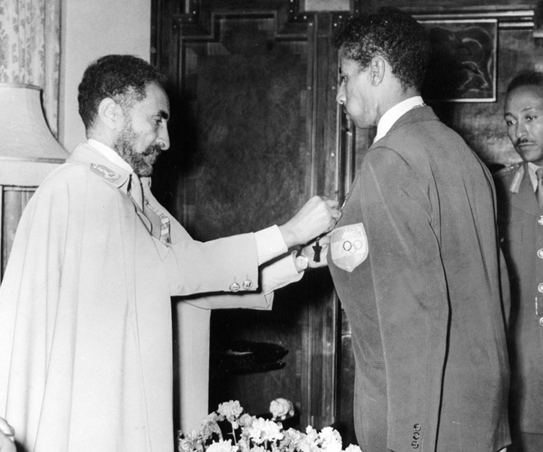 קיסר אתיופיה היילה סלאסי מעניק עיטור לאבבה ביקילה