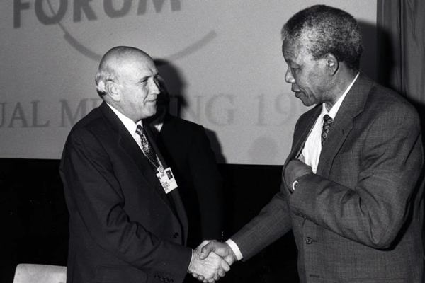 מנדלה והנשיא פרדריק וילם דה קלרק בפורום הכלכלי העולמי | צילום: World Economic Forum
