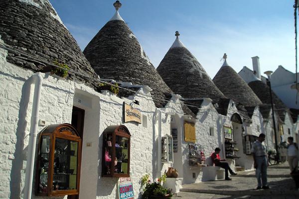 היום משמשים רבים מהמבנים הללו כחנויות מזכרות, מסעדות ומקומות לינה | צילום: Verity Cridland