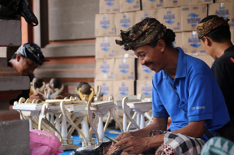 כל העבודה בבאנג'ר (אגודת השכנים) נעשית על בסיס וולונטרי. גברים בהכנות לטקס קבורה משותף לכל אגודת השכנים באי באלי | צילום: ניסו קדם