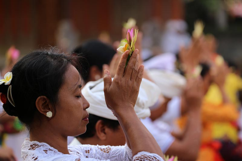 אשה בטקס היטהרות וסגידה במהלך אודלן במקדש באלינזי. צילום: ניסו קדם