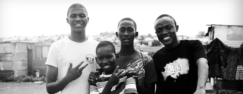 צעירים בדרום אפריקה. למרות סיום האפרטהייד עדיין חשים באפליה ובגזענות