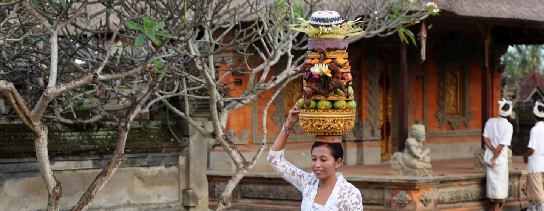 אישה נושאת מנחה גבוהה למקדש באי באלי, אינדונזיה | צילום: ניסו קדם