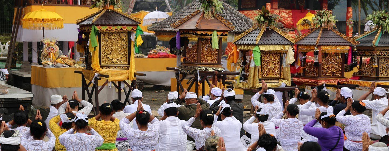 מאמינים מתפללים בעת אודלן במקדש באלינזי. צילום: ניסו קדם