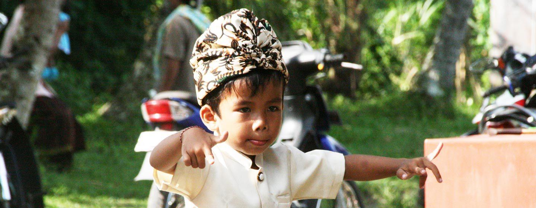 ילד מחקה תנועות ריקוד של מופע טופנג. כל באלינזי הוא אמן מלידה | צילום: ניסו קדם