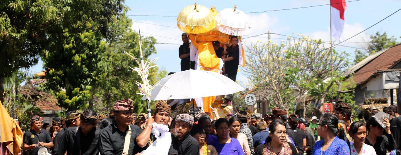 תהלוכת לוויה בבאלי. את התהלוכה מוביל ייצוג של המת ומאחור מגדל מתים עליו נישאת הגופה. צילום: ניסו קדם