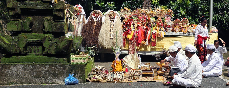כוהנים בטקס של אגאמה הינדו. ברקע מנחות מעוצבות ומסכות של ראנגדה | צילום: ניסו קדם