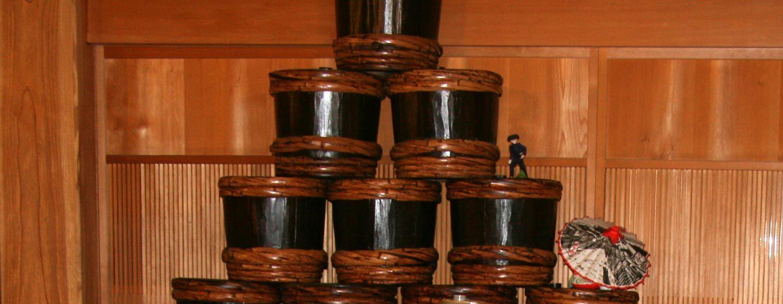 חביות חתומות עם משחת מיסו העשויה סויה וחיטה קלויה מותססים. טקאיאמה, האלפים היפניים, יפן. צילום: ניסו קדם