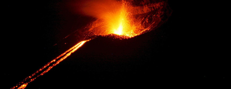 הר הגעש קרקטואה מתפרץ