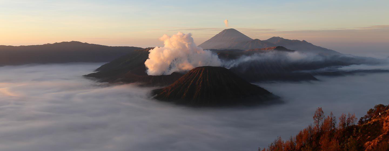 ים החולות מכוסה בערפל בזריחה. שמורות הר הגעש ברומו וסומרו, מזרח ג'אווה. צילום: ניסו קדם