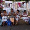 בנות מאיה בטוניקות לבנות רקומות, בשוק של מרידה, מדינת יוקטאן, חצי האי יוקטאן, מקסיקו