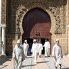 גברים יוצאי מתפילה במסגד המאוזולאום של מולאי איסמעיל, מקנס, מרוקו